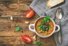 Sopa de Kharcho, do arroz, carne, na bacia branca, parte de pão Fotos de Stock Royalty Free