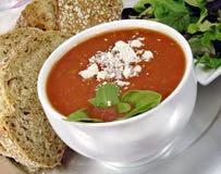 Sopa de la albahaca del tomate con pan y ensalada Fotografía de archivo