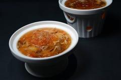 Sopa de la aleta del tiburón en estilo chino en el cuenco blanco fotografía de archivo libre de regalías