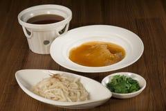Sopa de la aleta del tiburón en estilo chino en el cuenco blanco fotografía de archivo