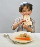 Sopa de la bola de matzo del muchacho Foto de archivo libre de regalías