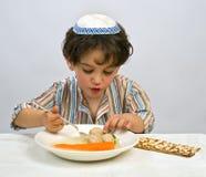 Sopa de la bola de matzo del muchacho Imagen de archivo