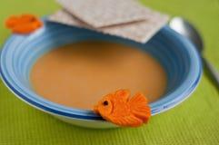 Sopa de la calabaza adornada con los pescados de la calabaza Imágenes de archivo libres de regalías