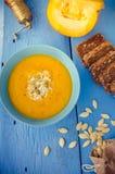 Sopa de la calabaza con crema y semillas Imagen de archivo libre de regalías