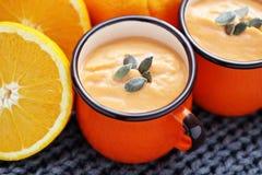 Sopa de la calabaza con la naranja imágenes de archivo libres de regalías