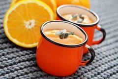 Sopa de la calabaza con la naranja imagen de archivo