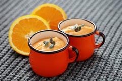 Sopa de la calabaza con la naranja fotos de archivo
