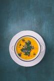 Sopa de la calabaza con las semillas de calabaza y las pimientas de chile foto de archivo