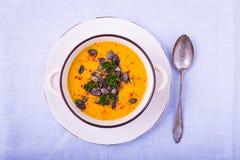 Sopa de la calabaza con las semillas de calabaza y las pimientas de chile fotos de archivo