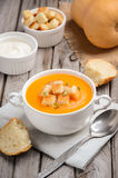 Sopa de la calabaza con las semillas de calabaza y los cuscurrones Fotografía de archivo
