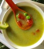 Sopa de la calabaza con los guisantes verdes Imágenes de archivo libres de regalías