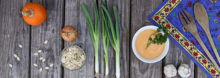 Sopa de la calabaza en el cuenco blanco con las verduras horizontales fotos de archivo