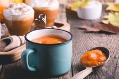 Sopa de la calabaza y latte de la especia de la calabaza imágenes de archivo libres de regalías