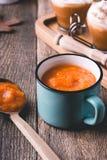 Sopa de la calabaza y latte de la especia de la calabaza foto de archivo