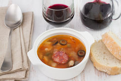 Sopa de la carne en el cuenco con la cuchara, pan Fotografía de archivo libre de regalías