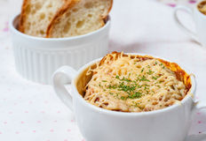 Sopa de la cebolla en estilo francés Imagenes de archivo