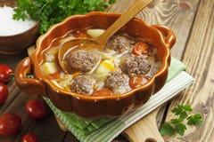 Sopa de la col con las albóndigas y los tomates Imagen de archivo libre de regalías