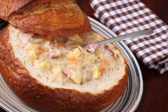 Sopa de la col en un tazón de fuente del pan Fotos de archivo