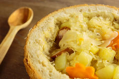 Sopa de la col en una barra de pan Foto de archivo