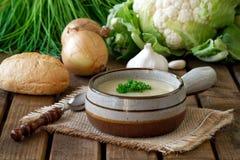Sopa de la coliflor con las cebollas y el ajo Imagen de archivo