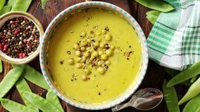 Sopa de la crema del guisante verde en cuenco gris