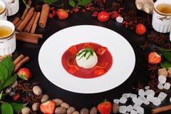 Sopa de la fresa con el helado, canela, té, aún vida, tabla Imagen de archivo libre de regalías