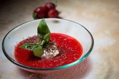 Sopa de la fresa con helado y la menta en una placa Fotos de archivo