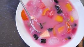 Sopa de la fruta con hielo almacen de metraje de vídeo