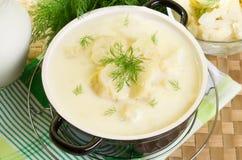 Sopa de la leche con la coliflor Fotografía de archivo