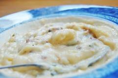 Sopa de la patata, del tocino y del queso imagen de archivo
