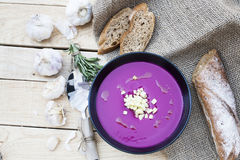 Sopa de la remolacha con el ajo y el romero, baguette del centeno fotos de archivo libres de regalías