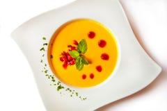 Sopa de la zanahoria en la placa atractiva Imagenes de archivo