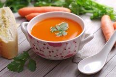 Sopa de la zanahoria en un cuenco de la porcelana Fotografía de archivo