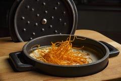Sopa de la zanahoria en un pote negro imágenes de archivo libres de regalías
