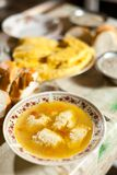 Sopa de las bolas de masa hervida del pollo, alimento rumano tradicional Imagenes de archivo