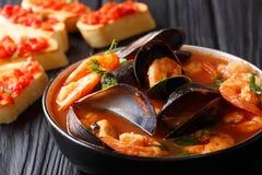 Sopa de las bullabesas con el primer de los mariscos y de los pescados en un servicio del cuenco imagen de archivo