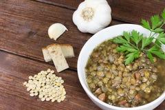 Sopa de lenteja adornada con las hojas del perejil Foto de archivo libre de regalías