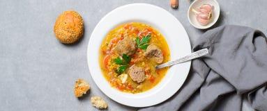 Sopa de lenteja con las albóndigas, comida deliciosa hecha en casa fotografía de archivo