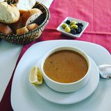 sopa de lenteja en un café de la calle de Estambul imagen de archivo
