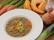 Sopa de lentejas vegetal con la calabaza, las zanahorias, el puerro y otros ingredientes Fotografía de archivo libre de regalías
