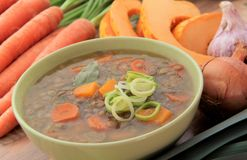 Sopa de lentejas vegetal con las zanahorias, la calabaza, el puerro y otros ingredientes Imagen de archivo