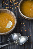 Sopa de lentilha com alho e limão em placas da argila Foto de Stock