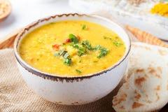 Sopa de lentilha com pão do pão árabe na bacia branca cerâmica imagens de stock