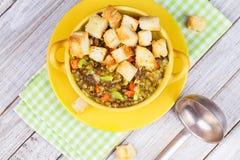 Sopa de lentilha com pão torrado Fotografia de Stock