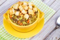 Sopa de lentilha com pão torrado Fotos de Stock