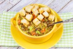 Sopa de lentilha com pão torrado Foto de Stock