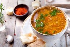 Sopa de lentilha com paprika fumado e pão imagem de stock