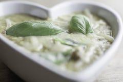 Sopa de lentilha coração branco na bacia dada forma Vegetariano popular e saudável foto de stock