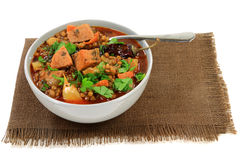 Sopa de lentilha de Brown com salsicha Foto de Stock