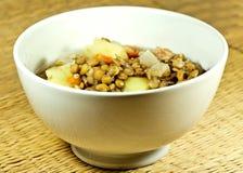 Sopa de lentilha em uma bacia branca com fundo marrom foto de stock